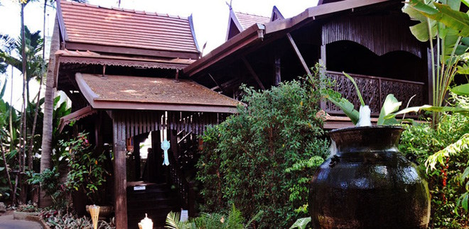 Club One Seven Gay Guest House Chiang Mai - Antique Lanna style teakwood house